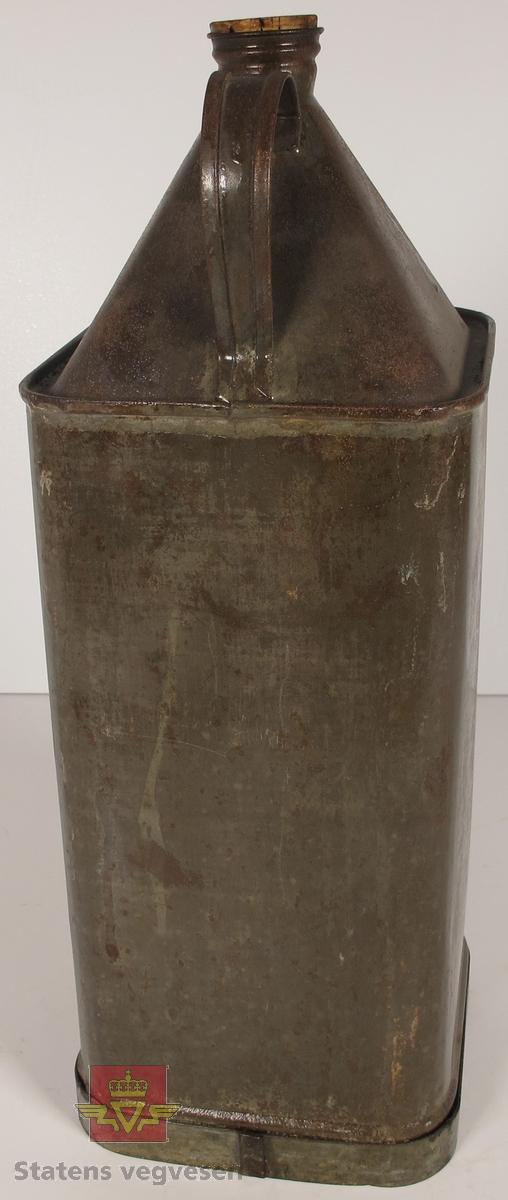 Firkantet metallkanne med bærehåndtak, helletut og en kork som er laget av av korkmateriale. Logo og tekst innpreget i metallet, og har skriften: ØSTLANDSKE PETROLEUMSCO. REGISTRERT VAREMÆRKE