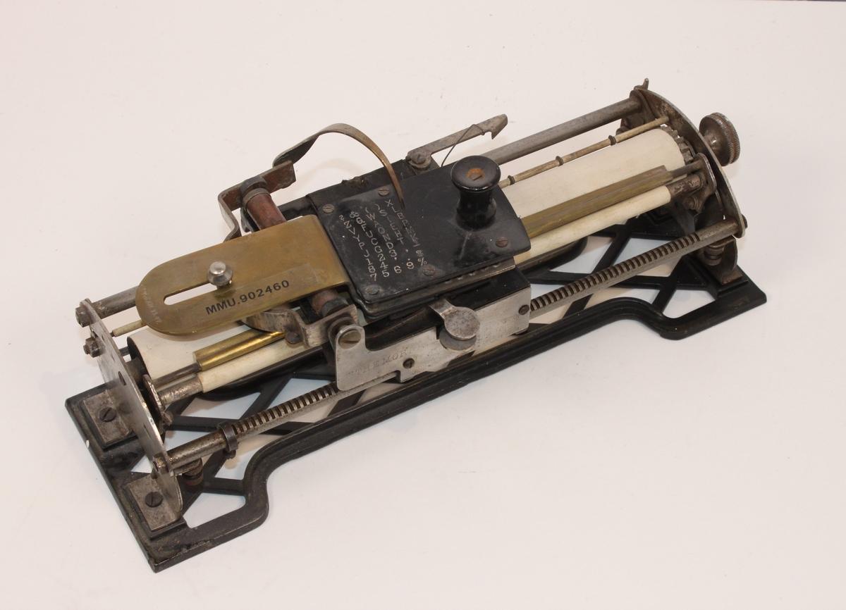 Angivelig Marinens eldste skrivemaskin:  The Morris Type-Writer.  Oppfunnet av Robert Morris, Kansas City, USA, i 1885. Produsert av Hoggson & Pettis. Denne modellen stammer fra 1889.