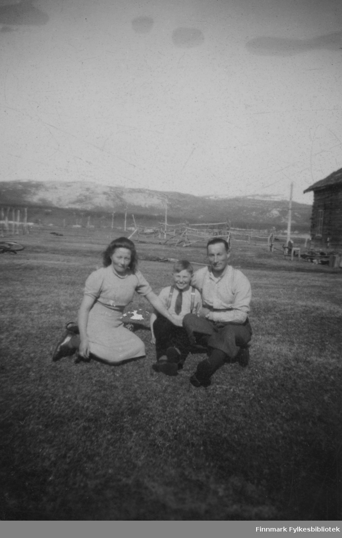 Hans Sandeng med kona og sønnen i Børselv på 1940-tallet.