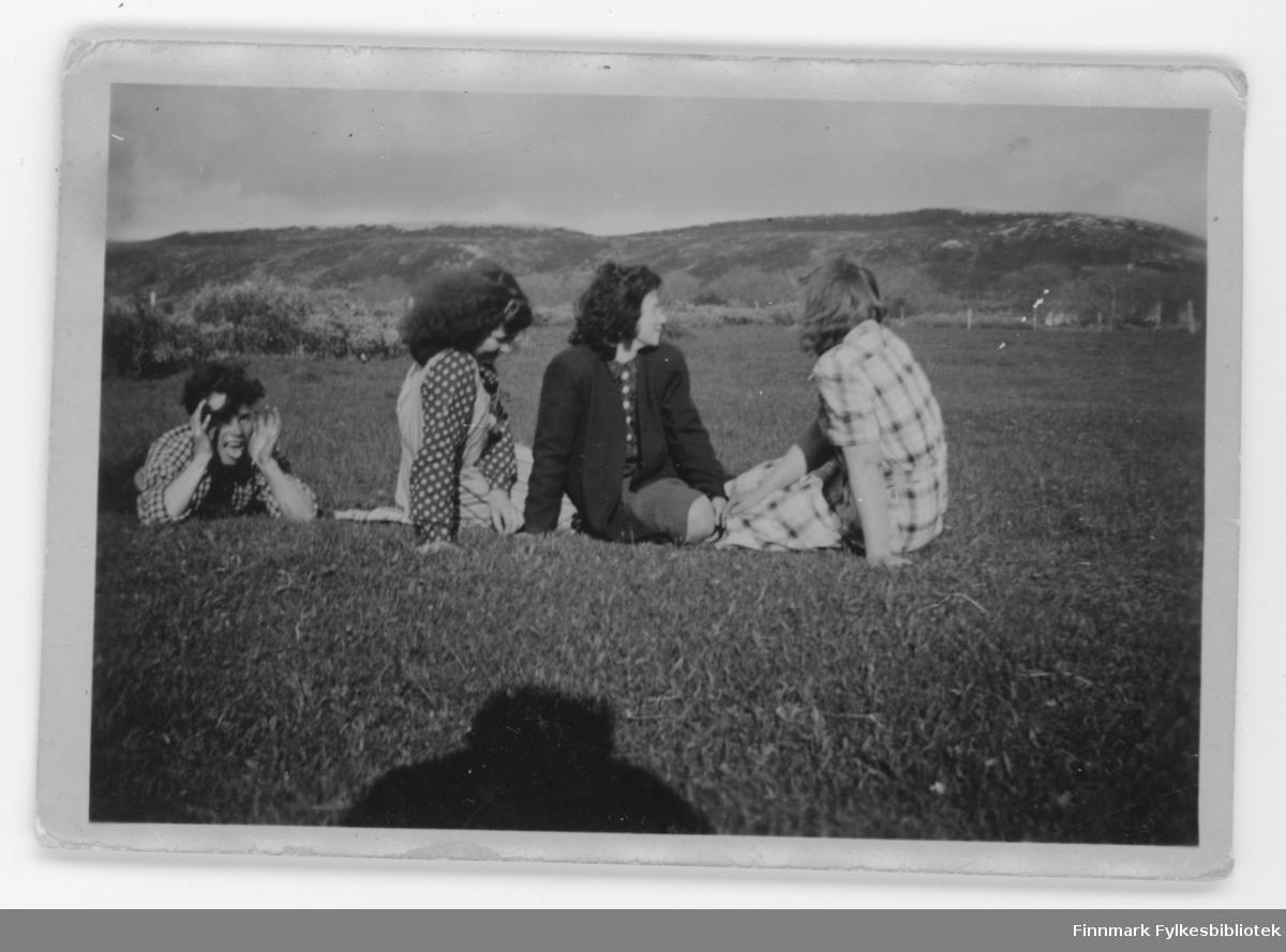 Ungdom ute på piknik, i Børselv?