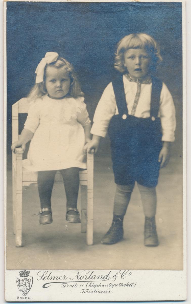 Barnefoto; lita jente og liten gutt, stående, ukjente