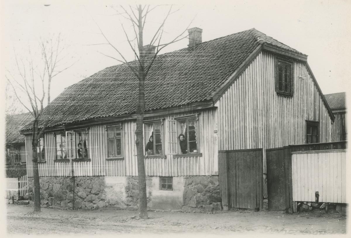 """Klostergt., fem bilder. Trykk på pilen.  Bilde 1: Nr. 32, trolig bygget før 1841.  Bilde 2: Nr. 3 - """"Pianogården"""".  Bilde 3: Nr. 26, bygget før 1846.  Bilde 4: Nr. 23 - Dansesalen (""""Svarten""""). Historikk: """"Vandogsalen"""" holdt til i 2.etg. her.  Bilde 5: Nr. 20."""