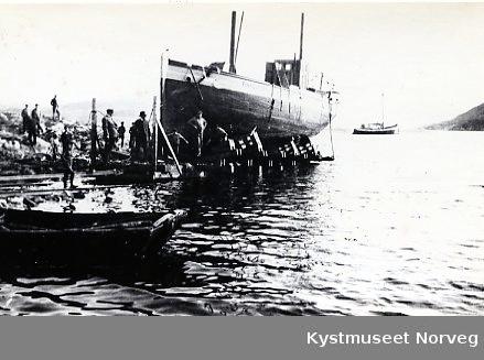 """Båtslippen på Rørvik med båten """"Finngutten"""""""