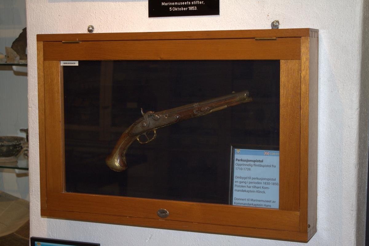 Opprinnelig flintlåspistol laget av Felix Maier, Wien mellom 1702 og 1739. Omdannet til perkusjonspistol en gang i perioden 1830-1850. Merket No 1, sannsynligvis den ene av et  par.