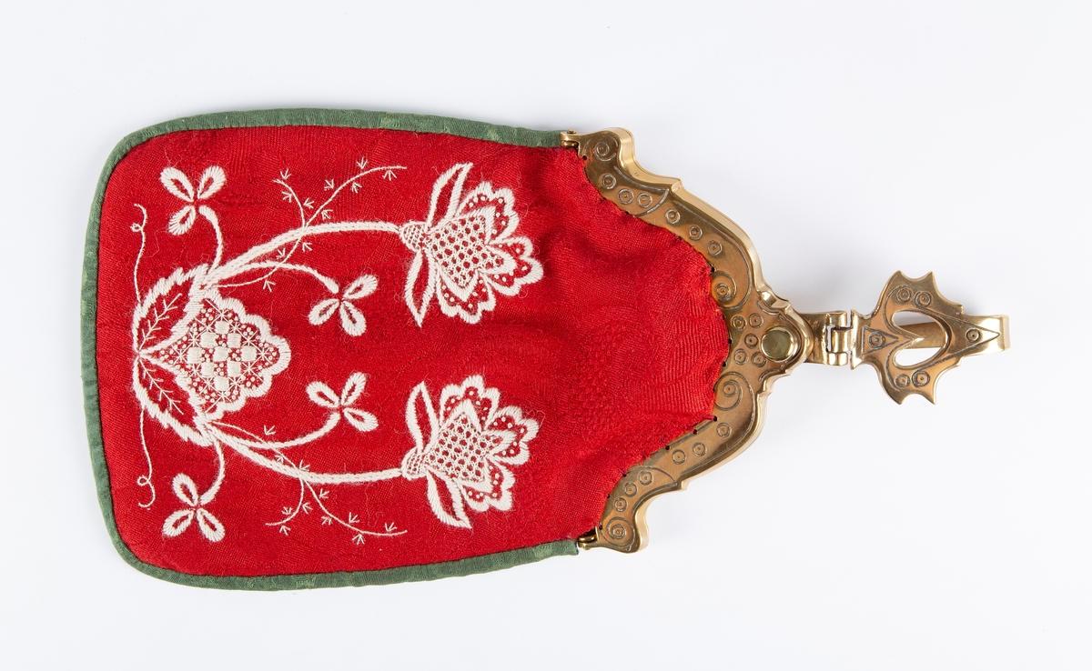 Løslomme med messinglås. Rød, grønn tittekant., med grønt fôr. Hvitt broderi med blomsterranke og bord etter 1700-tallsmønster. Løslomma lages av stakkestoffet, og har et utvalg broderielement forran. Den er kantet med livstoffet. Utgangspunktet for fasongen på lomma og låsen er en lomme som har tilhørt Amalie Gaavim på gården Gaavim i Kroer (1851-1942). (se Fhm. 11464). Lommelåsen er i messing og den er kopiert til bunaden. Lomma henges i en trådhempe ved forklelinninga eller i en krok på stølebeltet