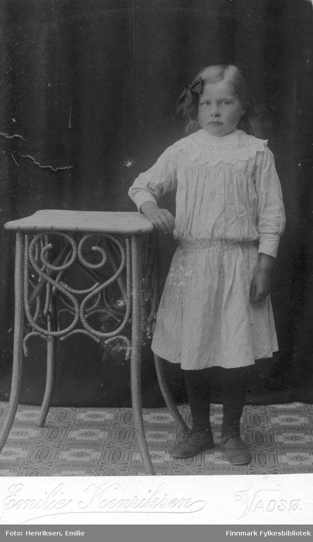 Visittkortportrett av ei jente, fotografert i atelieret til Emilie Henriksen, Vadsø.