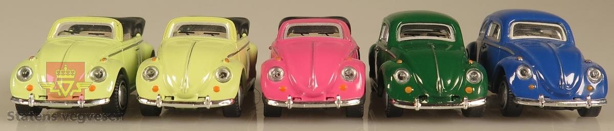 Samling av flere modellbiler. Alle er av samme produsent og produsert i lik tidslinje. 3 biler er grønne samt er 3 biler kabriolet utgave, 1 bil er rosa og 1 bil er blå. Alle bilene er laget av metall og har en skala på 1:72