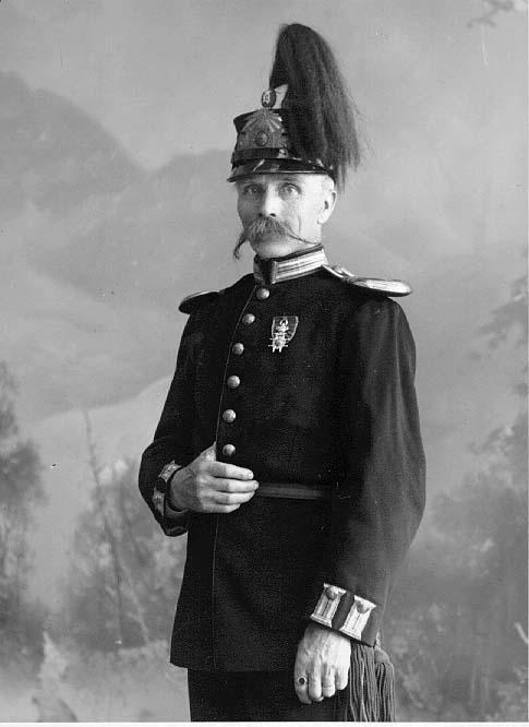 Porträtt av fanjukare Lundin med bred spetsig mustasch, i uniform.