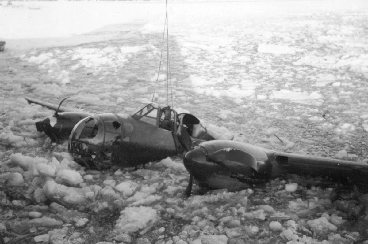 Bärgningsförsök av flygplan B 18B nummer 18172, Röd David, i Härnösands hamn efter nödlandning på isen den 10 februari 1946. Vy från sidan.
