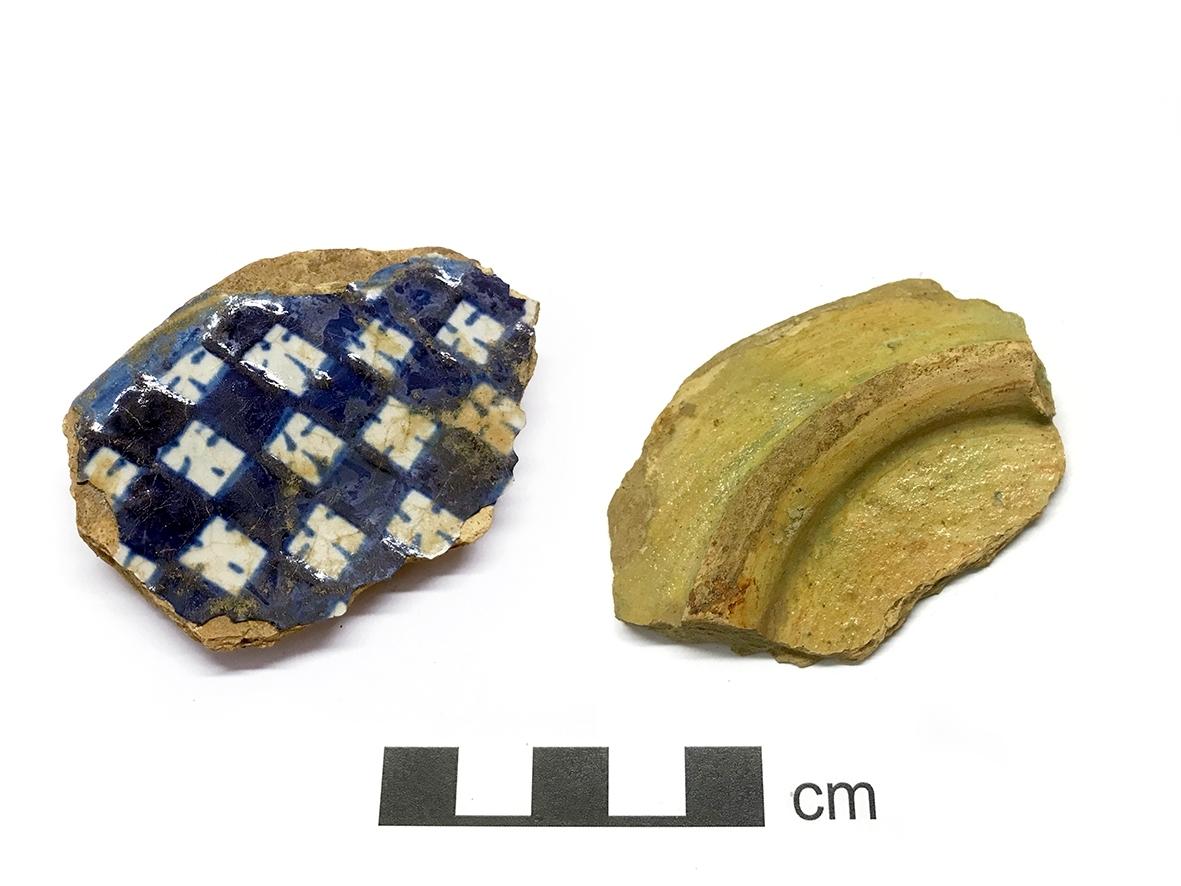Majolikafat eller skål med blåvit  schackrutedekor med streckade kvadrater. Kontext: L49