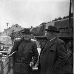 Två äldre män med och skinnjacka respektive rock står på Bra