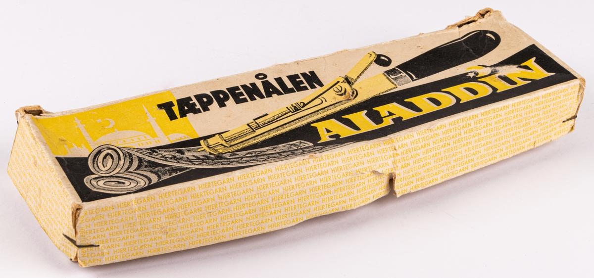 Mattnål eller flossa-apparat att sy mönstrade mattor med. Handtaget till själva apparaten och handtaget till veven är av vitmålat trä. Ligger i originalkartong.