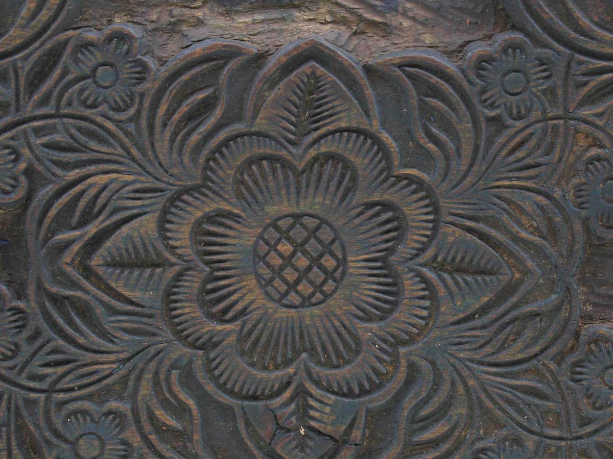 Bonderose i sentrum, med kryss av blomster og blad  slik at mønsteret blir et stort  X.