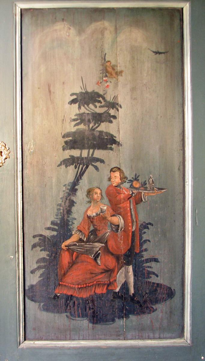 """Rektangulær, Rokokko figurscene: sittende kvinne. m. glass i høyre hånd, rød kjole; gående mann m. rød """"kiol"""", brett i hånden;tre"""