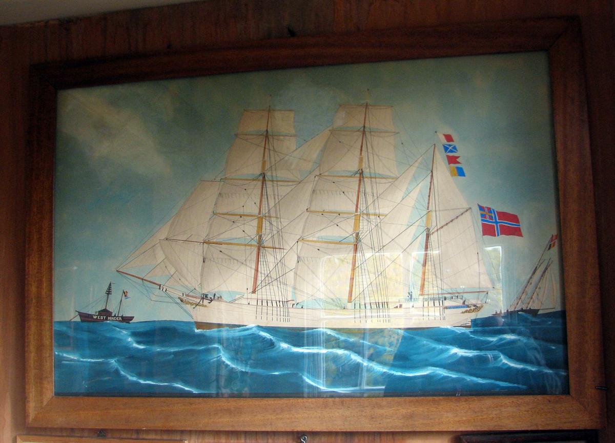 """Rektangulær. Seilskip, 3-master, hvit, fulle seil, flagg; bak krysser mindre båt, foran ligger båten """"West Hinder""""."""