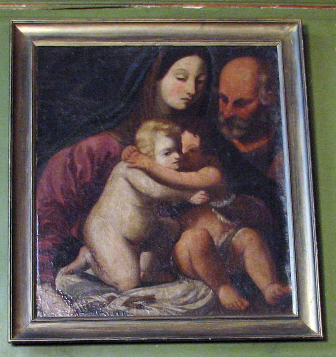 Rektangulært. Den hellige fam. og Johannes; Maria rød kjole, blå kappe over hodet; barna omfavner hverandre på hennes fang; Josef i øv.h.hj. .