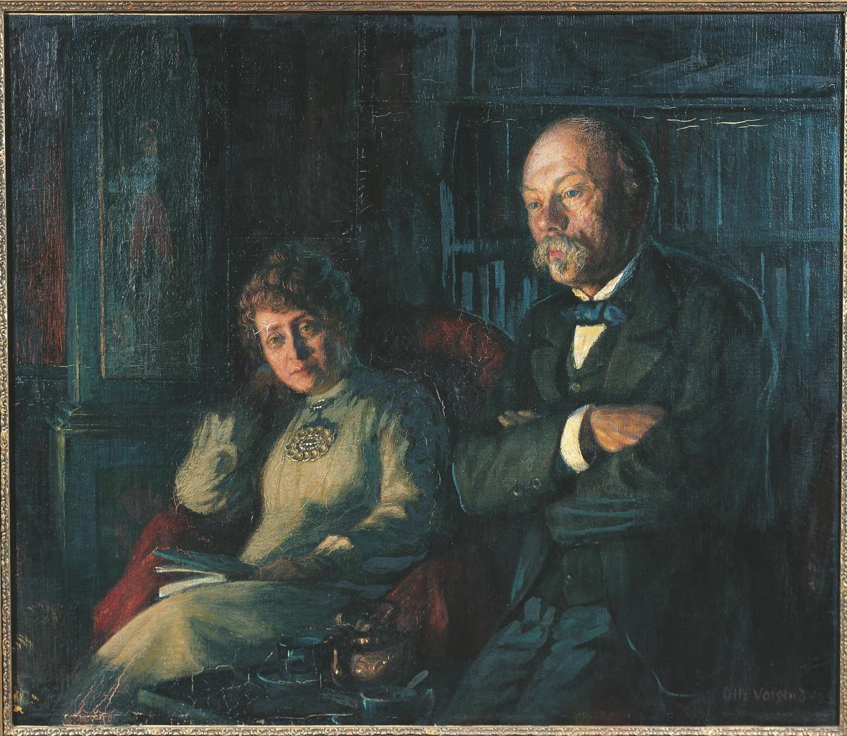 Hulda og Arne Garborg. Hun sittende i lenestol, han halvt sittende med armene over kors. Klokke og bøker i bakgrunnen, mørkblå tone, clairobscure.