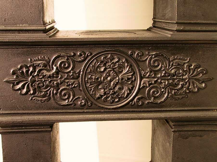 Form: Etasjeovn på jernfot, rektangulær. Komplett.
