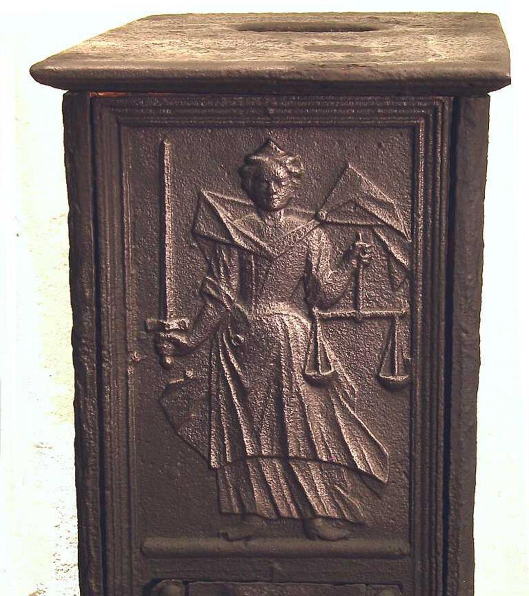 Langsider med   St. Hallvard sittende som kvinne,  kvinnen liggende som ridder i rustning, faste skinner med   laurbærblader.  Kortside med Justitia/Rettferdigheten m/  sverd og vekt øverst,  nederst kartusj hvori   NES WERCK 1748.