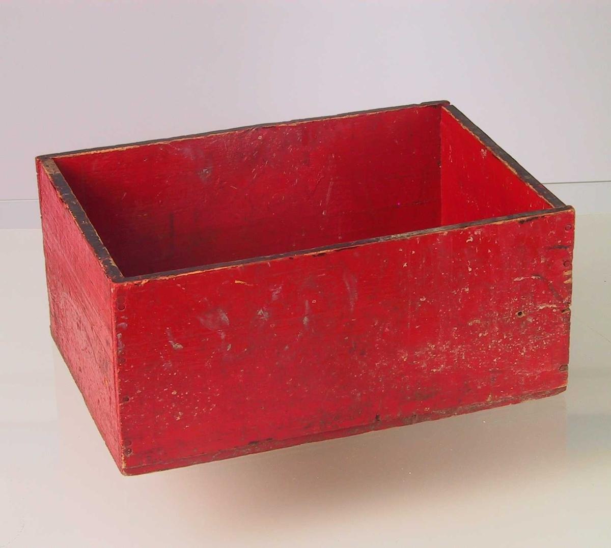 Form: Rektangulær, uten lokk.