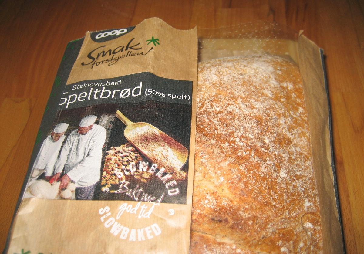 På brødposen finnes to motiv. Første motiv: To bakere som står med en ferdig deig. En ung og en eldre. Det ser ut som om den unge bakeren er under opplæring. Annet motiv: Korn og en gammel type redskap til å spa opp korn med.