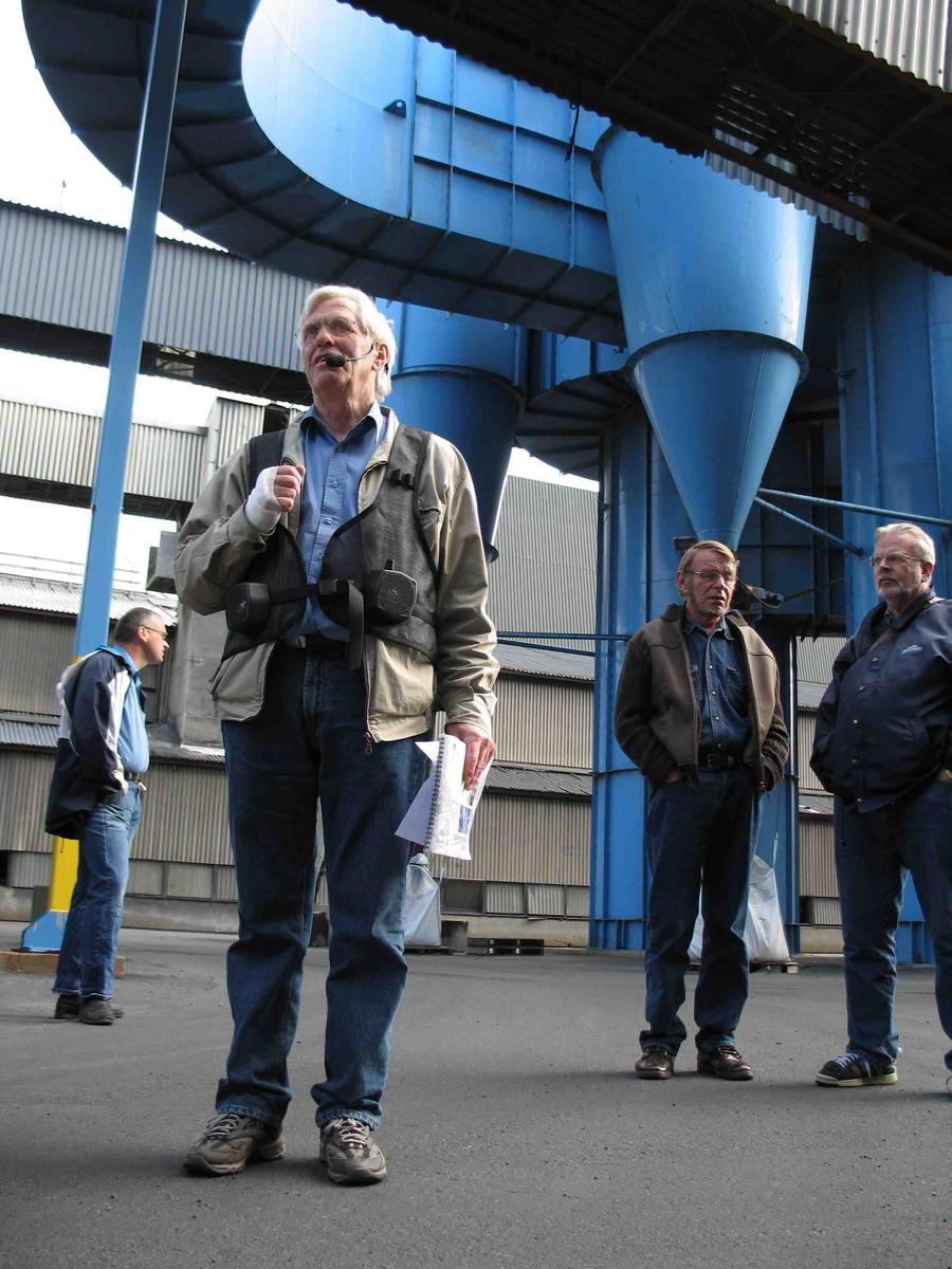 Kulturminnedagen 2005 på tidligere Arendal Smelteverk. Industribygninger, m.m. Guiden, Oddvar Moland, sammen med noen publikumere.