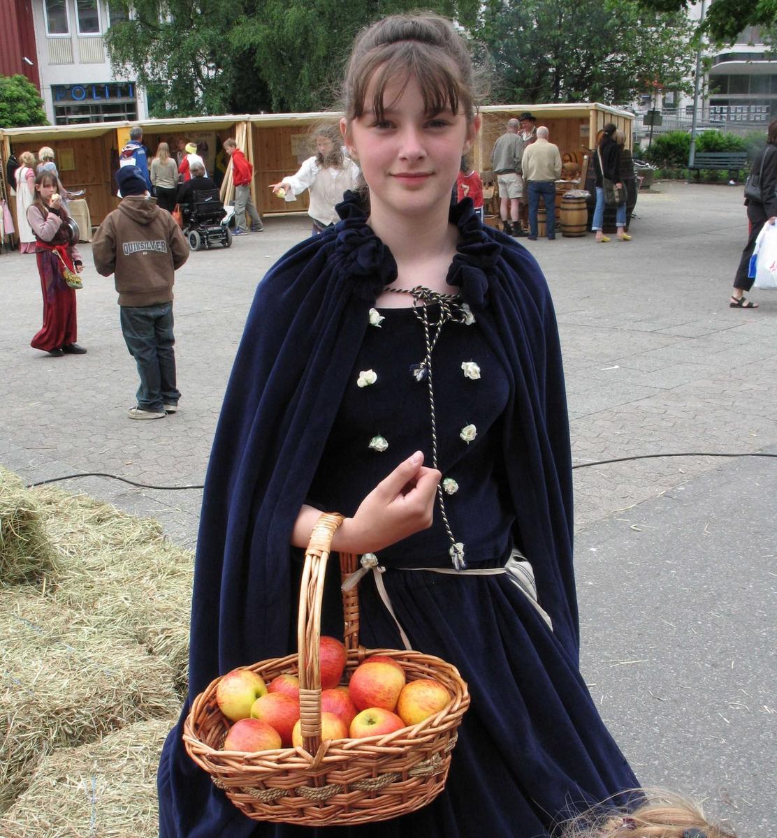 Kjæmpestaden 2005. Dansk jente med kurv med epler.