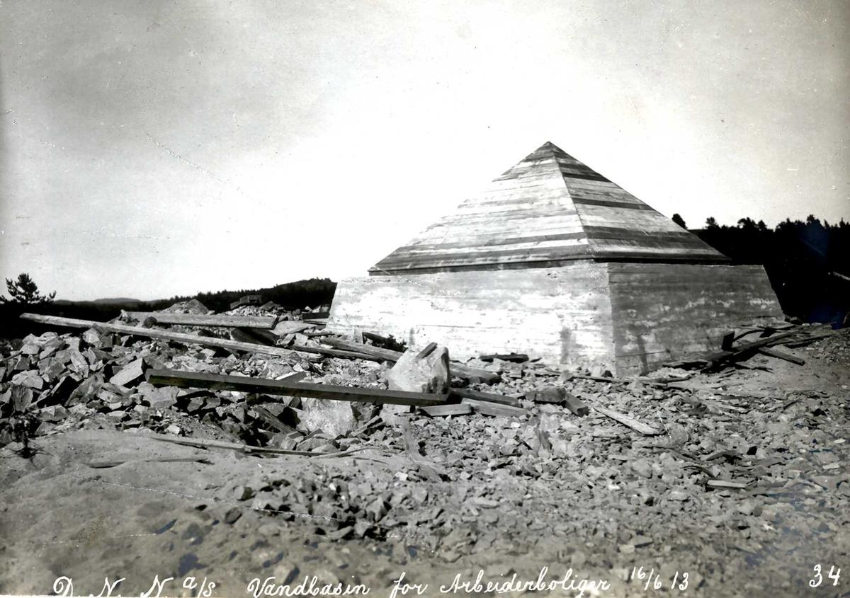 """16/06-1913"" Eydehavn. Vannbasseng for boliger i Nesgaten. Pyramideformet tak."