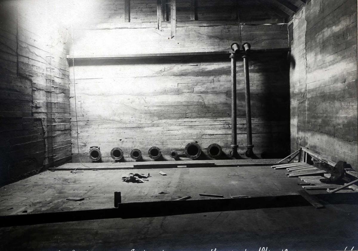 """""""10/04-1913"""" Nitriden. Høydebasseng for trykkvann. Rør for inntak/uttak av vann."""