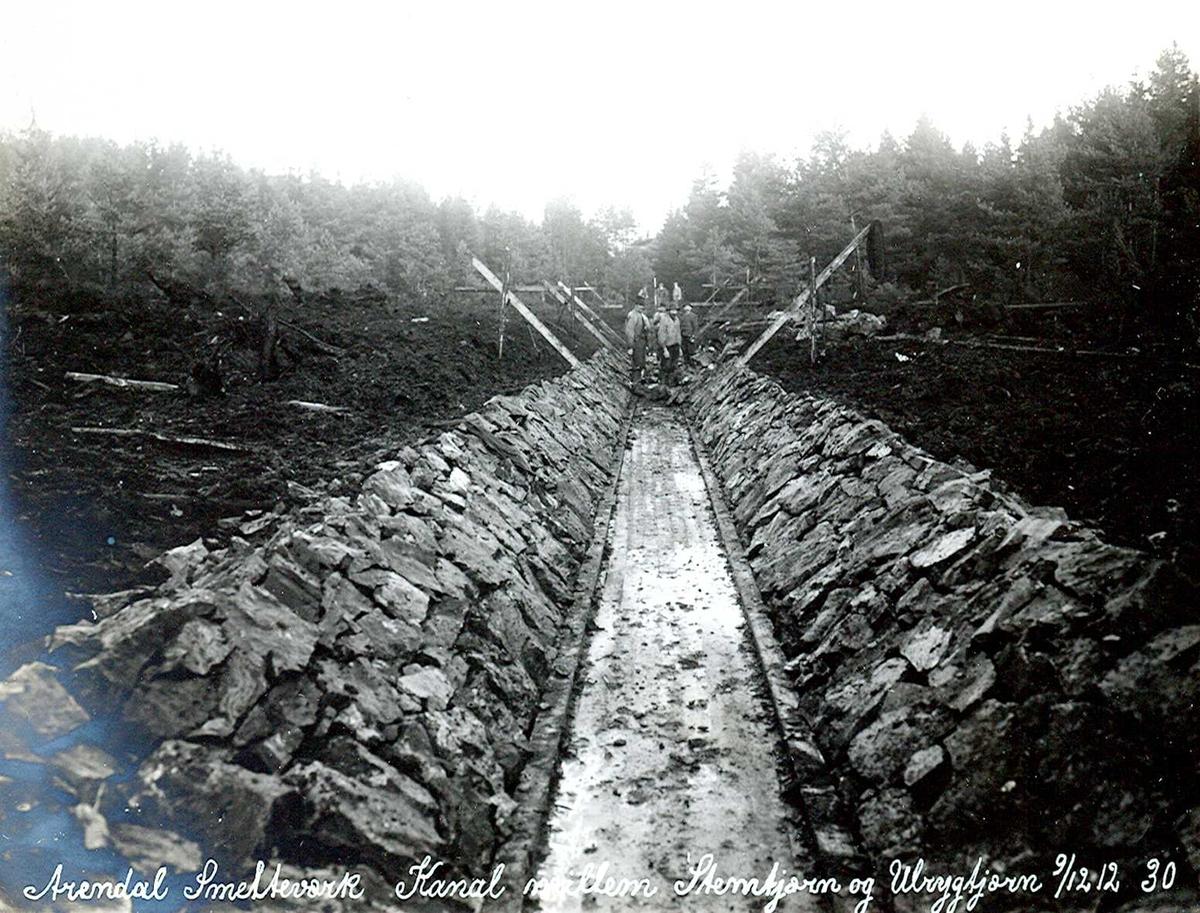 """""""09/12-1912"""" Nitriden. Smelteverket. Steinsatt kanal mellom Stemtjern og Ulfsryggtjern. Vannkildene til bedriftene."""