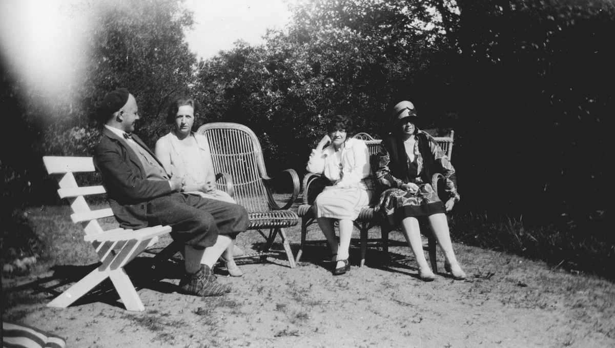 4 personer i haven, 1 mann og 3 kvinner