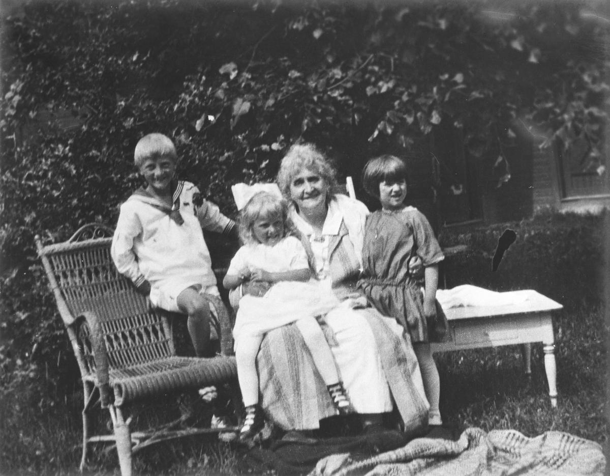 Aagot Gjems Selmer med 3 barnebarn.
