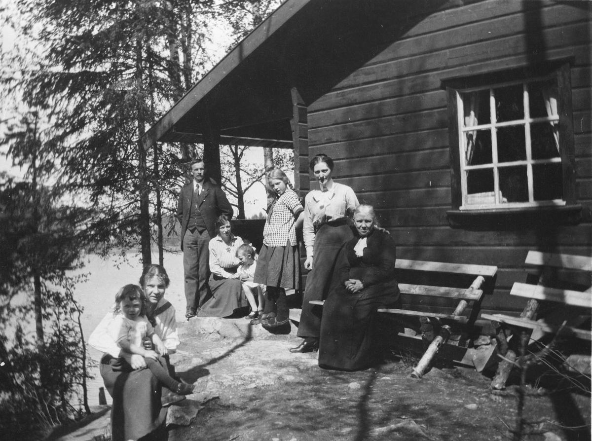 En gruppe personer foran Kjærnstua, kullebunn