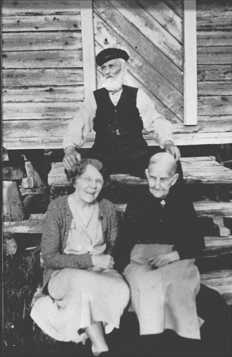 Tre personer på stabburstrapp.