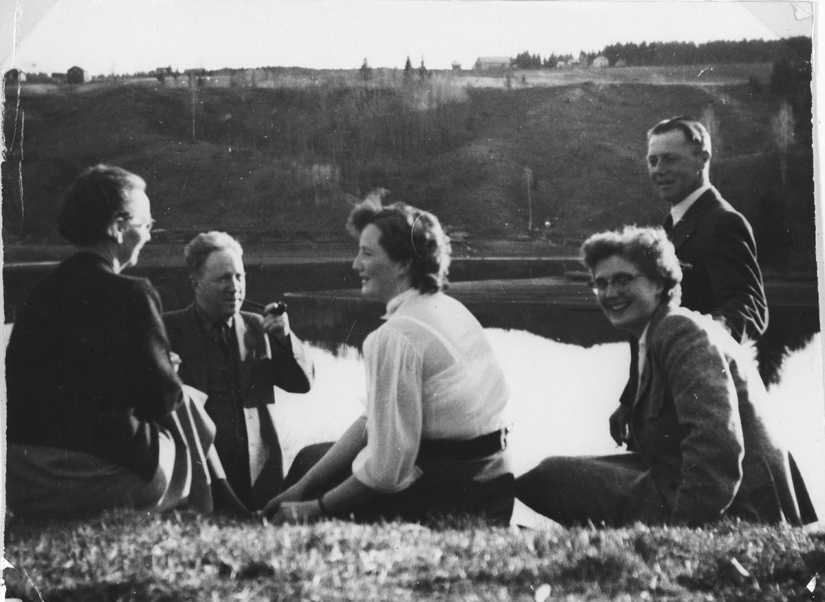 5 personer mot Vorma med Skøyen i bakgrunnen
