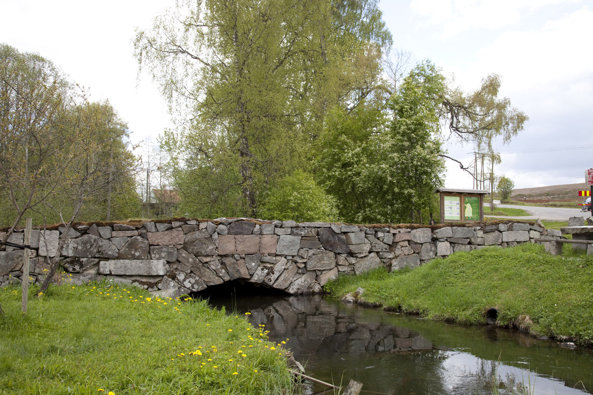 STEINHVELVSBRUA OVER ELVEN RISA PÅ RISEBRU