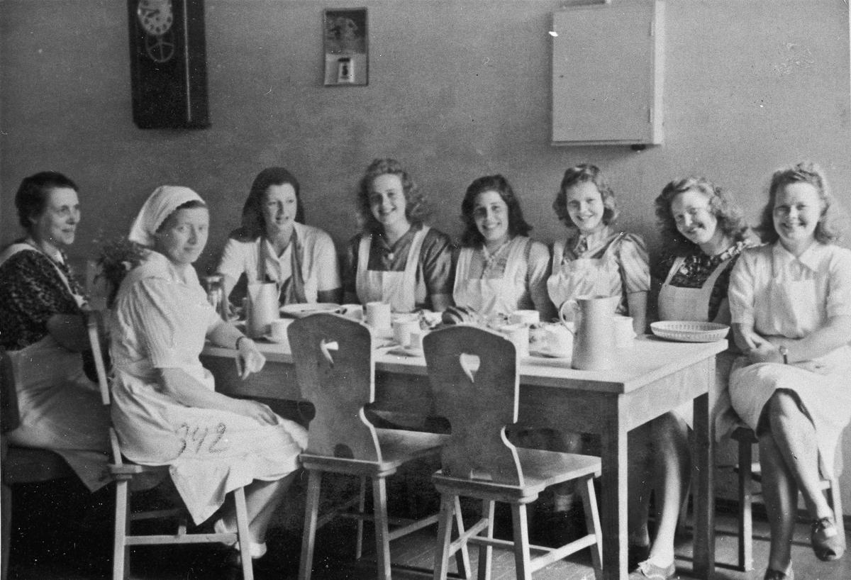 Kvinner som lager mat for milorgfolk. Mest sannsynlig på Romerike Folkehøyskole.