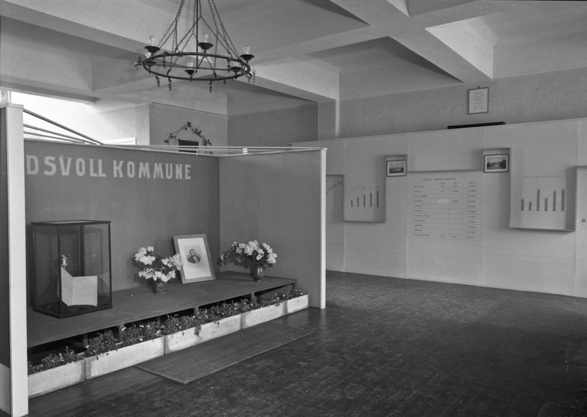 Fra bygdeutstillingen i 1955.  Eidsvoll Kommune har stilt ut Wergelandspokalen.