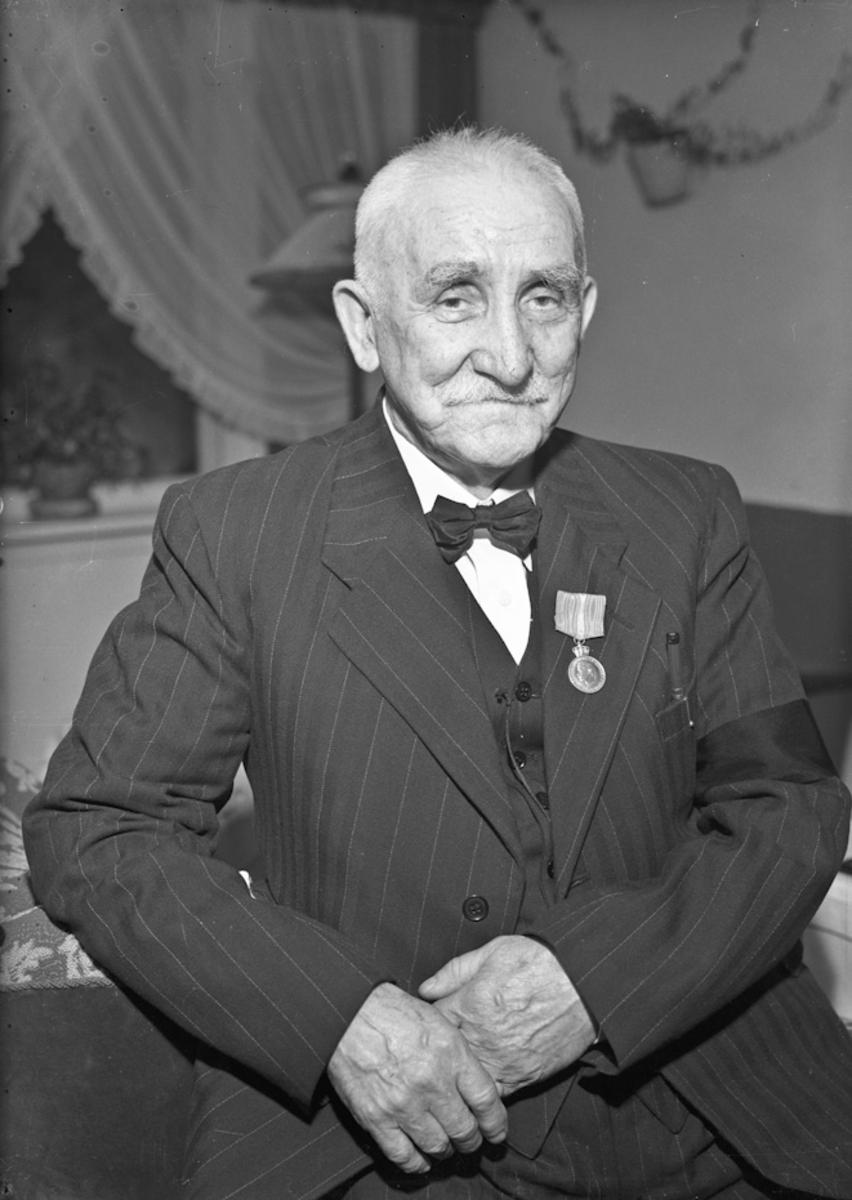 Elektriker Anton Nilsen. Kong Haakon har 26. januar 1953 tildelt han Fortjenestmedaljen i sølv.
