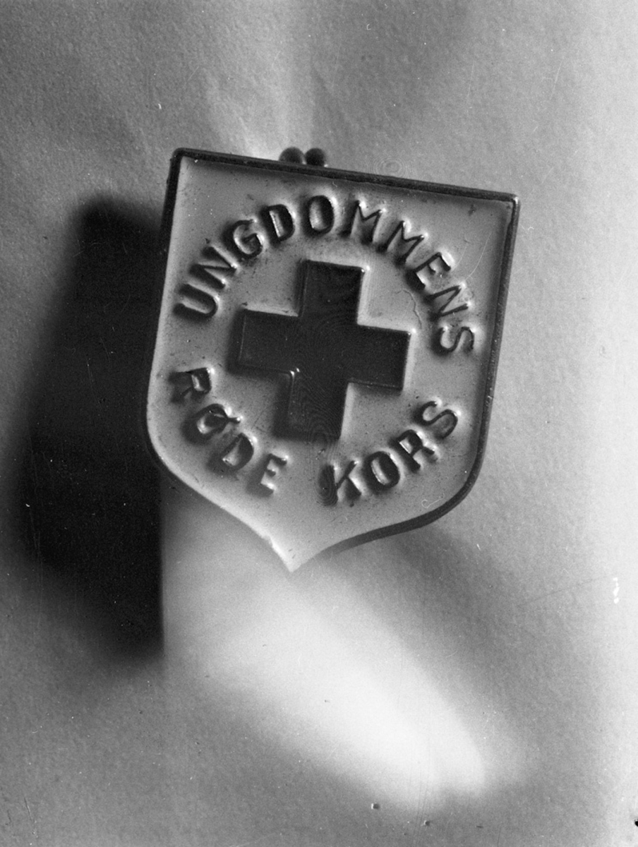 Button / pin fra Ungdommens Røde Kors.
