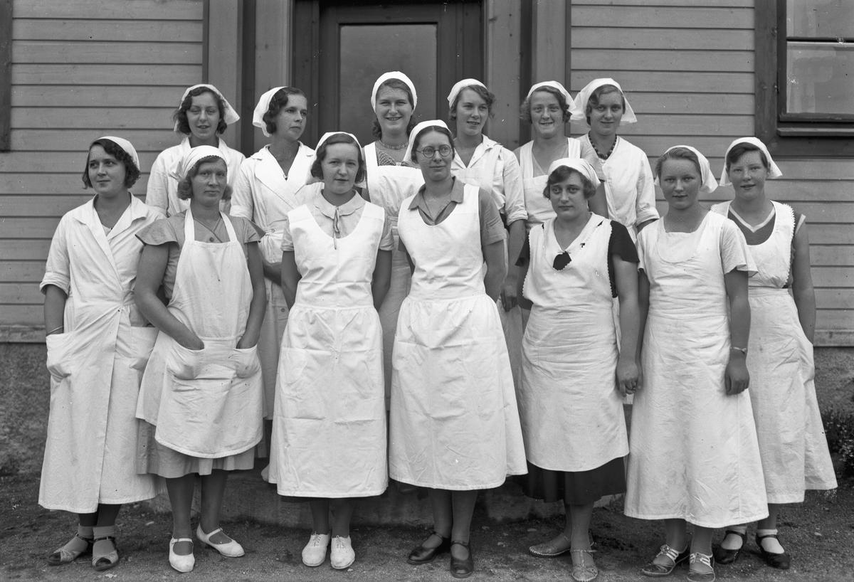 Kvinner i hvite uniformer.