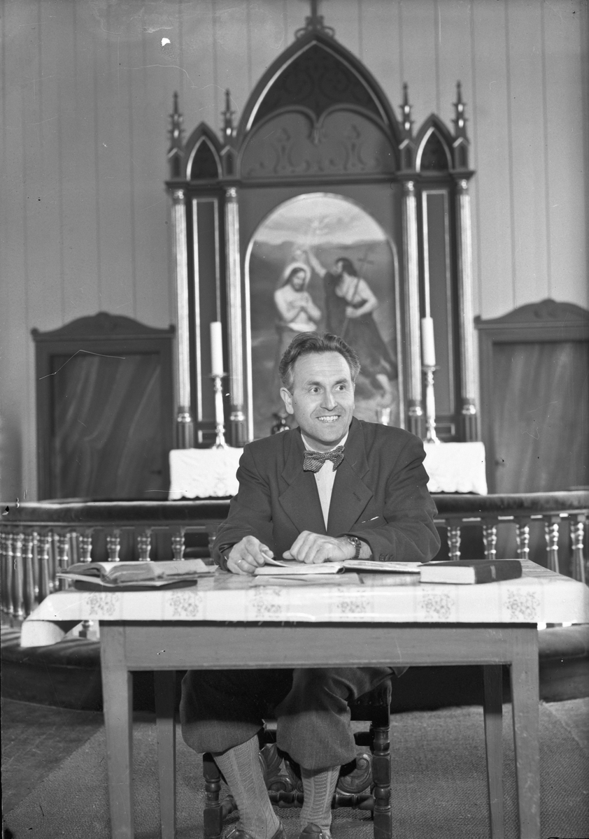 Mann foran altertavlen i Langset Kirke.