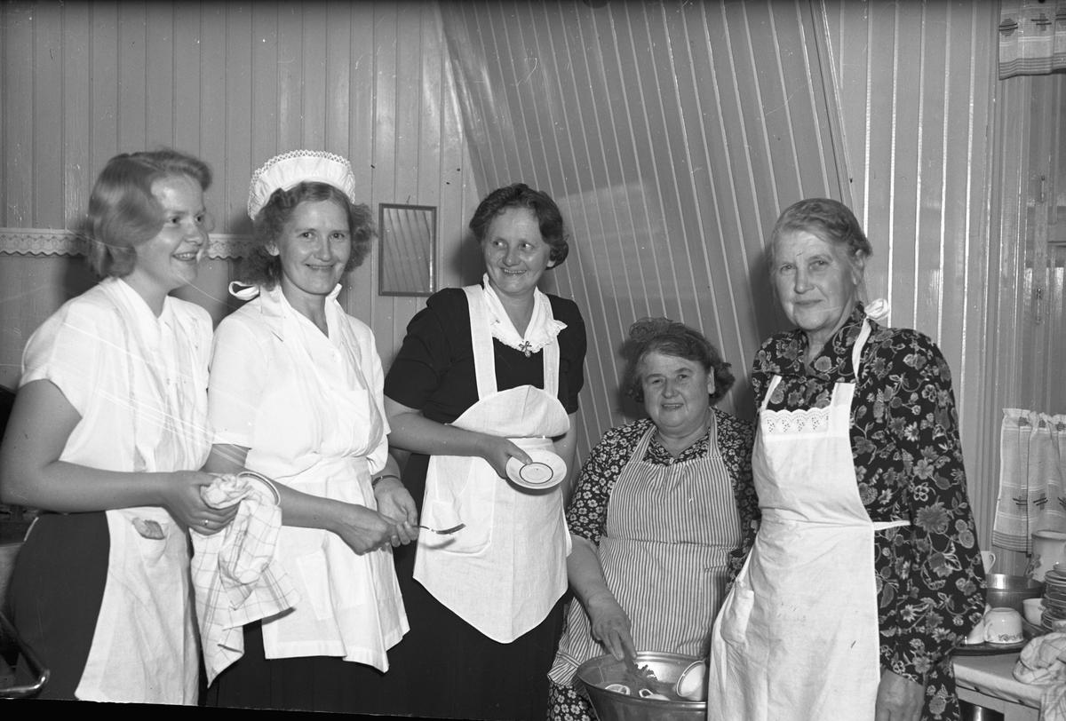 Kvinner på et kjøkken.