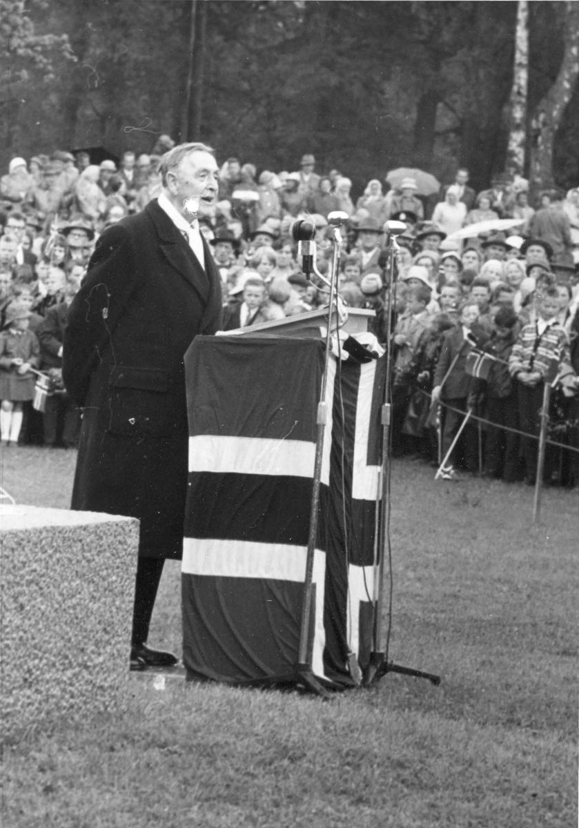 Besøk av Kong Olav. Den 13. juni 1962 ble statuen av Henrik Wergeland avduket på Eidsvoll Verk. Monumentet er laget av billedhoggeren Ottar Espeland. På talerstolen Francis Bull (Professor i norsk og nordisk litteratur).