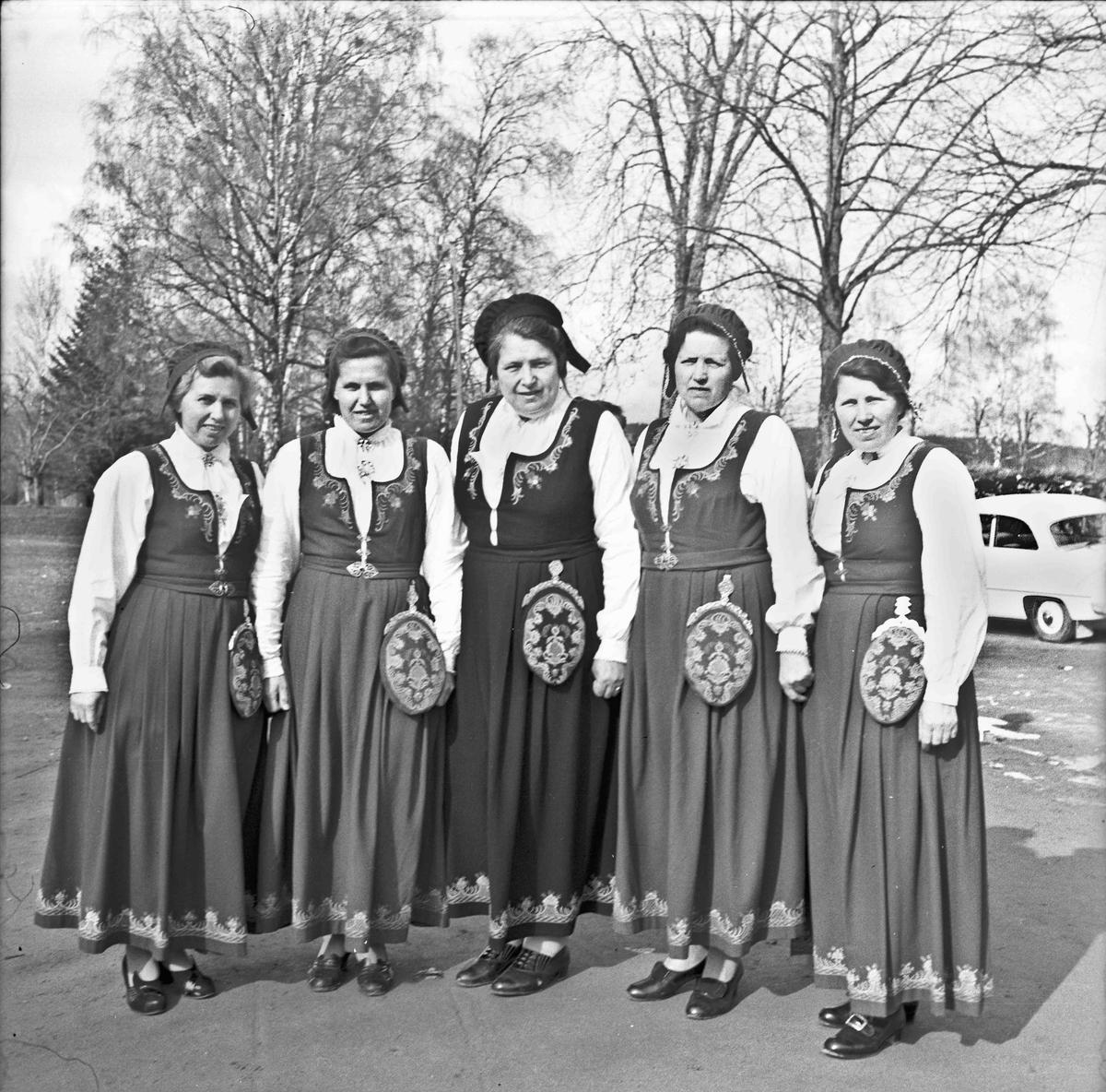 Kvinner i bunad. Søstrene Myrvang. Karen i midten. De andre heter Emilie, Martha, Ruth og en ukjent. Kommentar fra Amund Nedland: Barn av Julius Myrvang (1878-1965) og Laura Marie Myrvang (1879-1953). Fra venstre: Amalie Myrvang (1913–1986), Ruth Myrvang Hunsbedt (1919–2010), Karen Myrvang Nordby (1911–1988), Magnhild Myrvang Vagle (1904–1997), Martha Myrvang (1908–1977). Bilde muligens fra foreldrenes gullbryllupsdag i 1951. 22.08.2013: Er ganske sikker på at nr 2 fra høyre er Ella Tømte, senere gift Fossholm Skrevet av: Aase Tømte