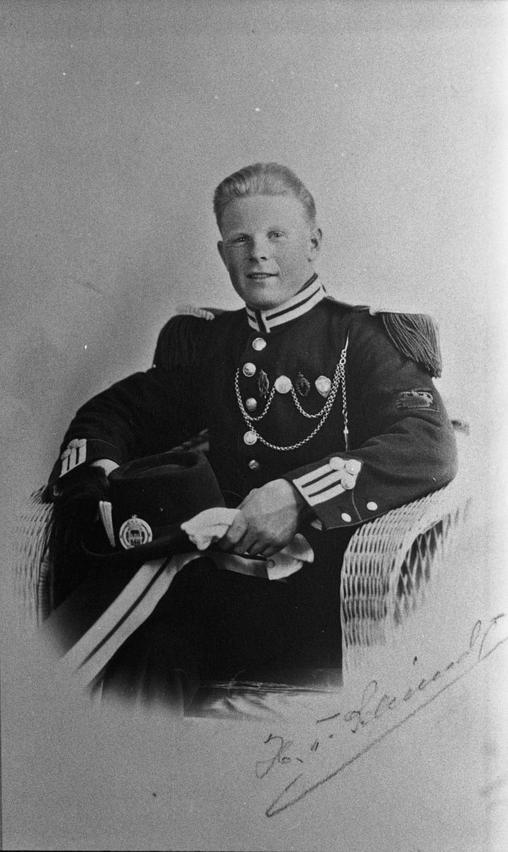 Mann i paradeuniformen til H M Kongens Garde.