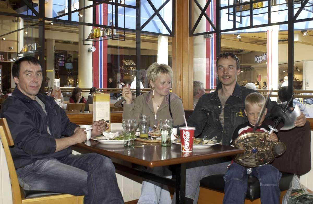Kafegjester på røykerrommet Opus Kafé 2. etg. Ski Storsenter