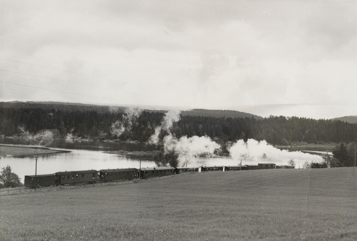 Tog 2051 til Skulerud langs Bjørkelangensjøen.