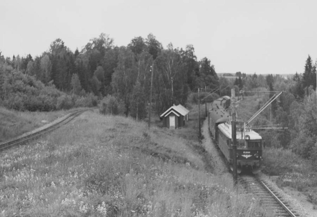 Strekn. Bingsfoss - Fossum. Persontog på Kongsvingerbanen trukket av elektrisk lokomotiv type El 11.