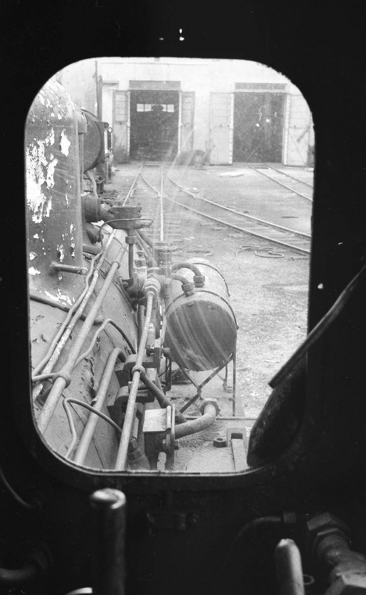Lokomotivstallen på Grovane sett igjennom vinduet på lok nr. 7